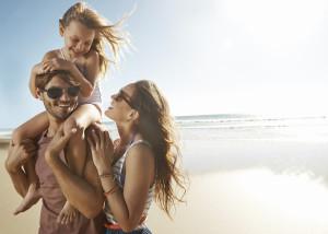 Glückliche Familie mit Kind am Strand und perfekter Sonne ©pixdeluxe – istockphoto.com