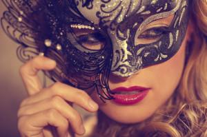 Frau mit schwarzer venezianischen Augenmaske auf einem Ball in Venedig. ©Renzo79 – istockphoto.com