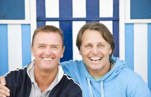Gay Singlebörse: Zwei Männer verliebt am Strand. ©corolanty – istockphoto.com