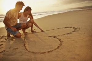 Die große Liebe als Herz in den Sand gemalt. ©pixdeluxe – istockphoto.com